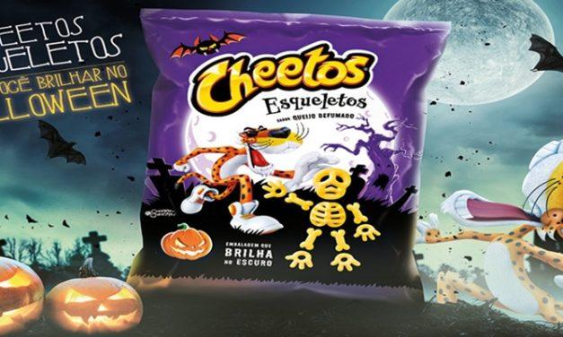 Cheetos lança embalagem que brilha no escuro com salgadinhos em formato de esqueletos